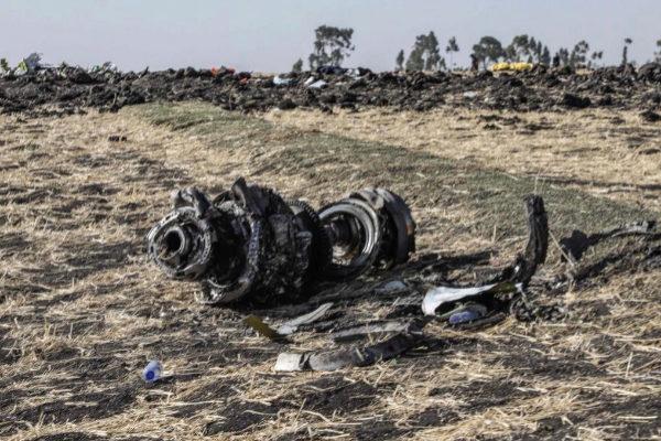 Restos del avión Boeing 737 MAX 8 estrellado en Adis Abeba.