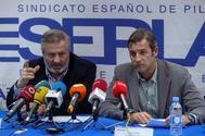 l delegado del Sindicato de Pilotos (Sepla) en Air Europa , José Roncero (i), el vicesecretario de Sepla,Rafael Delmas (d) , durante la rueda de prensa en la sede del SEPLA en Madrid con motivo del asalto a una tripulación de Air Europa este sábado en Caracas.