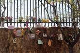 Valla de la vía del tren en la calle Téllez con flores en homenaje a...