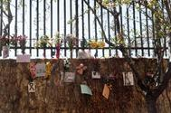 Valla de la vía del tren en la calle Téllez con flores en homenaje a las víctimas del 11-M en el 15 aniversario de la tragedia.