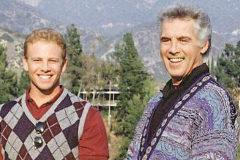 Ian Ziering (i), Steve en 'Sensación de vivir', junto a Jed Allan, quien interpretaba a su padre en la serie.