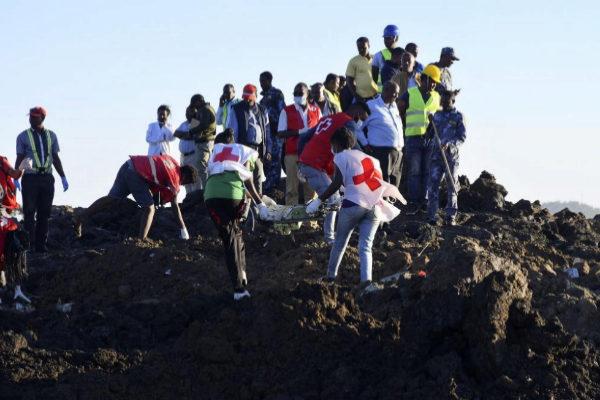 Personal de rescate recupera restos del avión siniestrado en...