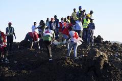 Personal de rescate recupera restos del avión siniestrado en Etiopía.