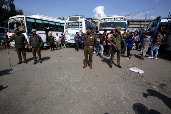 Varios soldados vigilan la estación en la que explotó una granada el 7 de marzo.