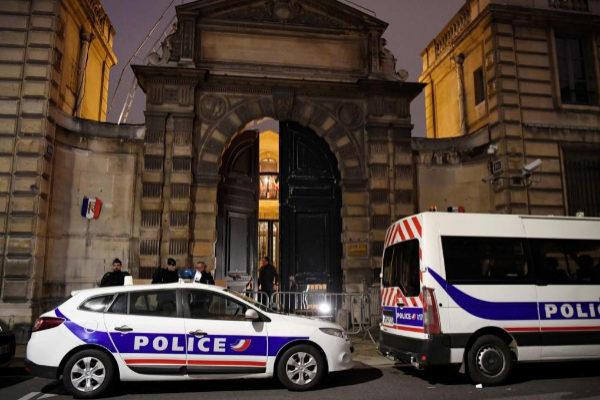 Vehículos policiales aparcados a la salida de una dependencia del Gobierno.