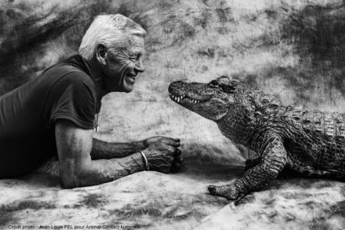 Philippe junto a su caimán Alli, en su casa