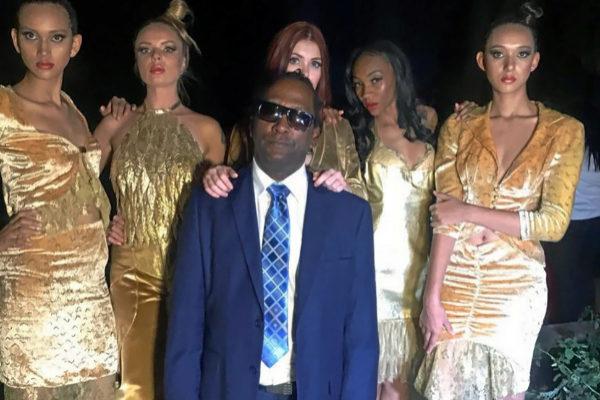 Ciego de un ojo, el ex pastor evangelista colgó esta imagen de él rodeado de mujeres en su Twitter el 4 de diciembre de 2017.