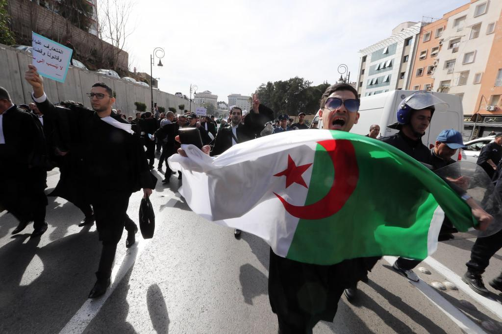 Abogados participan en las protestas, este jueves, en contra del presidente argelino, Abdelaziz Buteflika, en Argel.