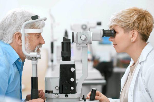 Un paciente durante una revisión oftalmológica