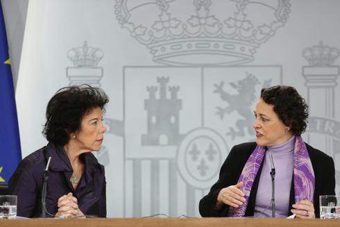 La portavox del Gobierno y la ministra de Trabajo, Isabel Celaá y...