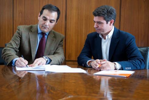 José Antonio Nieto y Sergio Romero firman la proposición de ley este lunes en el Parlamento..