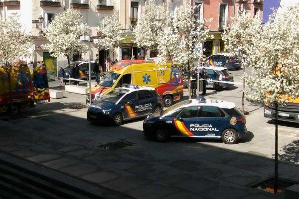 Los coches de la Policía y la ambulancia del Samur en la plaza de Nelson Mandela.