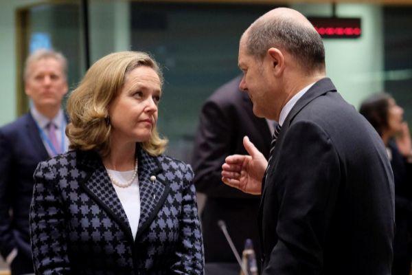 La ministra española de Economía, Nadia Calviño, conversa con su homólogo alemán Olaf Scholz.