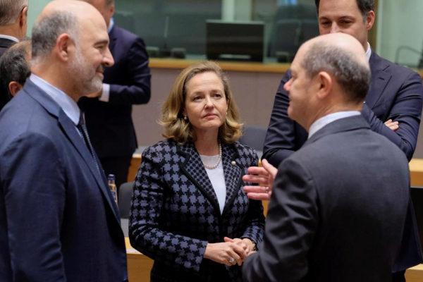 La ministra española de Economía, Nadia Calviño, conversa con su homólogo alemán, Olaf Scholz (derecha) y con el comisario europeo de Asuntos Económicos, Pierre Moscovici, este lunes.