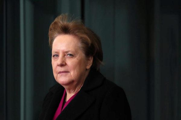 La canciller alemana, Angela Merkel, aguarda la llegada del primer ministro letón en Berlín.