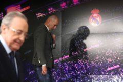 GRAF2960. MADRID.- El francés Zinedine <HIT>Zidane</HIT> (d) comparece ante los medios de comunicación tras su regreso como entrenador del Real Madrid, esta tarde en la sala de prensa del estadio Santiago Bernabéu.