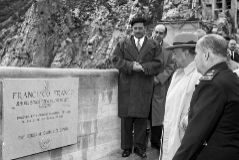El jefe del Estado, Francisco Franco, durante la inauguración, el 24 de septiembre de 1956, la central hidroeléctrica de Barrios de Luna, en León.