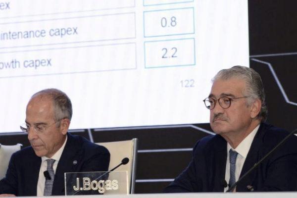 Los consejeros delegados de Enel, Francisco Starace (izquierda), y de...