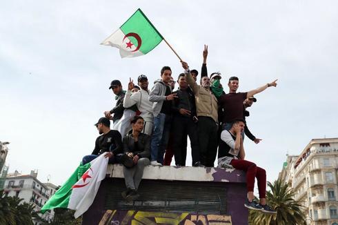 MOH12. ARGEL (ARGELIA).- Estudiantes argelinos protestan contra la...