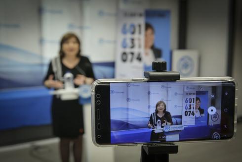 La presidenta del PP, Isabel Bonig, durante una rueda de prensa.