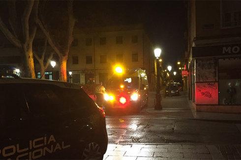 Efectivos de la Policía Nacional y del Samur en el lugar de la reyerta en Vallecas.