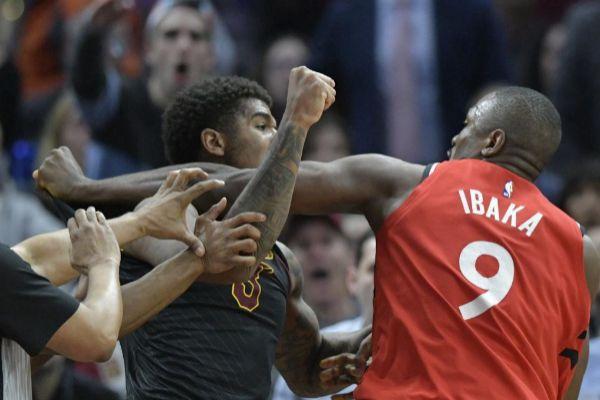 Ibaka, durante la pelea con Chriss, jugador de los Cavaliers.