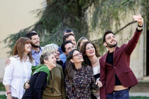 Fran Ferri hace un selfie al resto de candidatos de Compromís a las Cortes por Valencia.