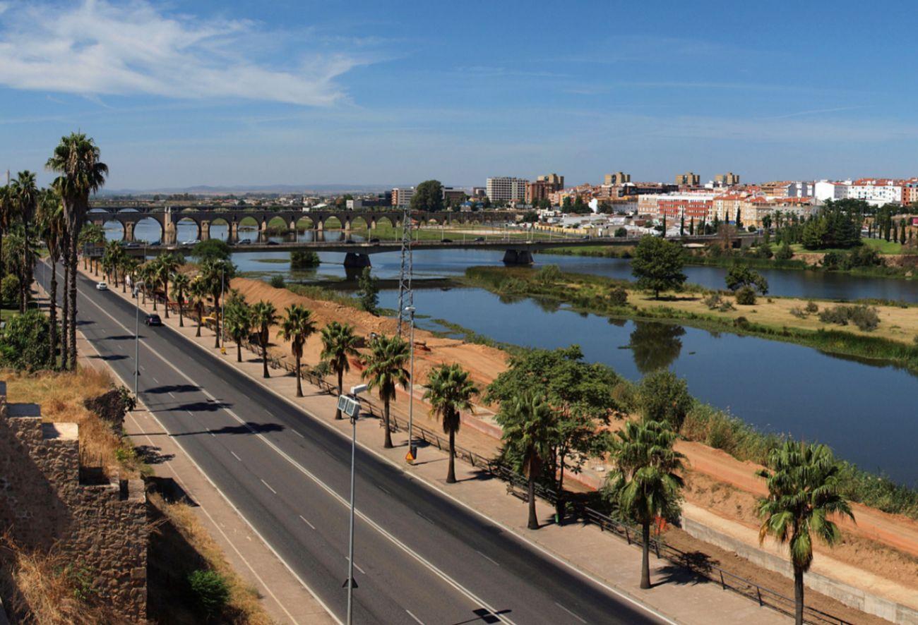 Se extiende por la margen derecha del río, entre los cuatro puentes...