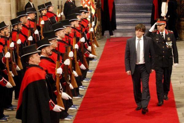 Carles Puigdemont y Josep Lluís trapero pasan ante guardia de honor de los Mossos en enero de 2016