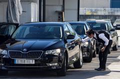 Un conductor de VTC revisa su coche en Barcelona.