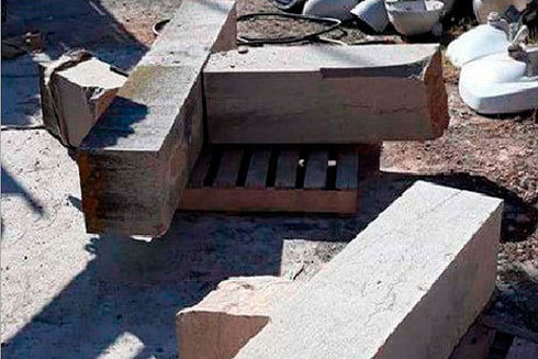 Restos de la cruz derribada en Betxí.