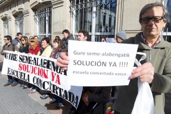 Padres concentrados ante el Parlamento Vasco.