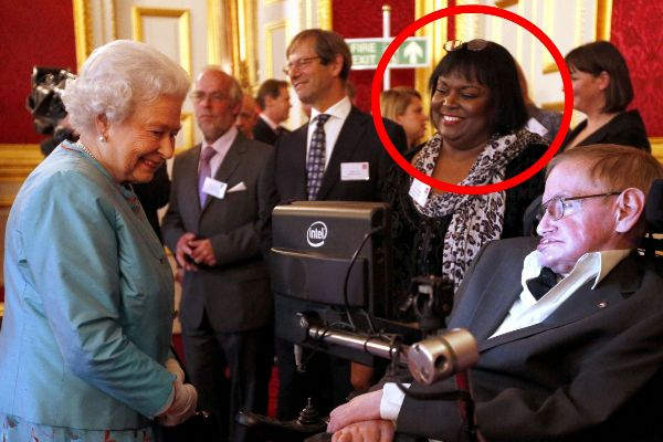 Patricia Dowdy y Stephen Hawking junto a la reina Isabel II.
