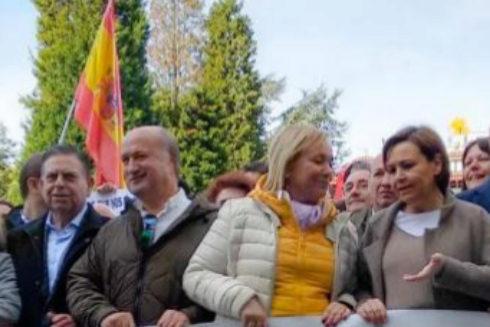 Luis Venta, segundo por la izquierda, en una concentración en Oviedo