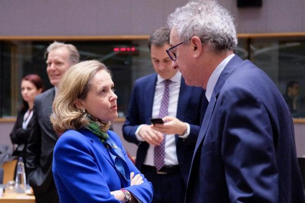 La ministra de Economía española, Nadia Calviño, conversa con su homólogo luxemburgués, Pierre Gramegna, a su llegada a la reunión de ministros de Economía y Finanzas de la UE, este martes en Bruselas.