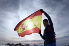 El PP rivaliza con Vox y lleva la bandera de España a lo alto de Sierra Nevada