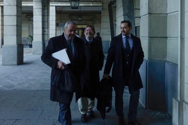 El ex director de Trabajo, Javier Guerrero (en el centro), llega a la Audiencia en la primera sesión del juicio.
