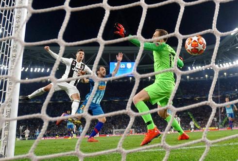 Cristiano Ronaldo marca el primer gol de la Juventus.