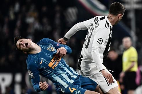 Bernardeschi sujeta a Arias durante el partido de Turín.