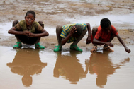 Varios niños se mojan la cara en un río en Kobo (Etiopía)