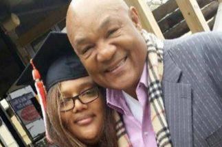 Freeda Foreman, junto a su padre, años atrás.