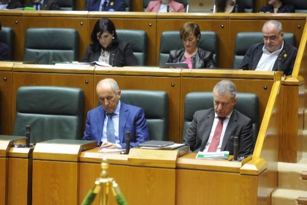 El lehendakarim junto a Erkoreka, en el Parlamento.