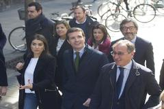 Casado durante su paseo por Vitoria junto a los líderés del PP alavés.
