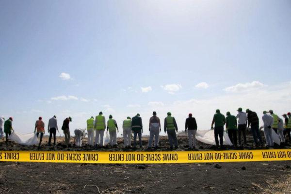 Forenses y miembros de los servicios de emergencias inspeccionan el lugar del siniestro en Bishoftu (Etiopía).