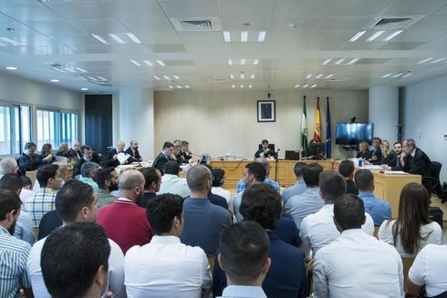 Los acusados por la filtración en las oposiciones, durante el juicio en Sevilla.