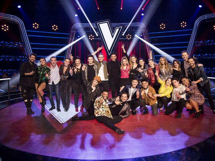 Los coaches y asesores de La Voz en Antena 3 posan con los 16 talents que irán a los directos