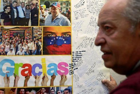 Alberto Casillas mostrando un mural que le regalaron unos estudiantes a los que ayudó.