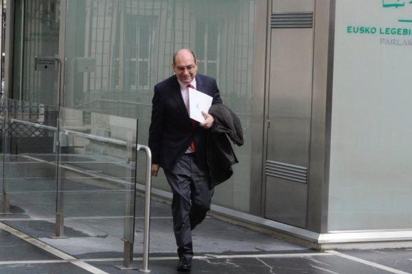 El consejero Darpón a su llegada al Parlamento.