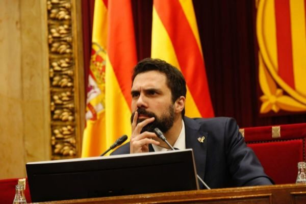 Roger Torrent preside el Pleno del Parlament.