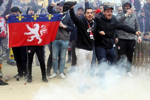 Centenares de ultras del Lyon concentrados en la plaza Artós.